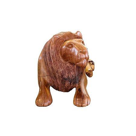 Escultura Leão Médio Deitado em Madeira Clara Entalhada