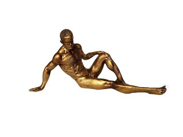Escultura Artística Homem Deitado Dourada em Resina