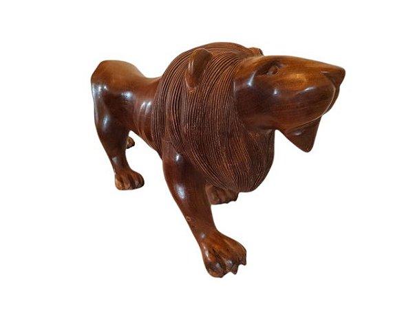 Escultura Leão Médio em Madeira Entalhada Decorativo com Acabamento Encerado