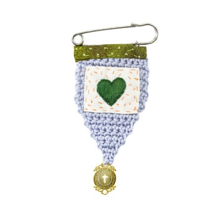 Berloque Crochê Cinza e Bordado Coração Verde