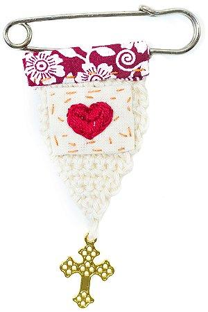 Berloque Crochê Off White e Bordado Coração Vermelho Pequeno