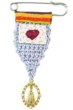 Berloque Crochê Cinza e Bordado Coração Vinho Pequeno