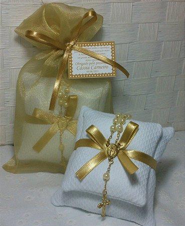 Sachê com Mini Terço Dourado e Embalagem de Organza - Bodas de Ouro