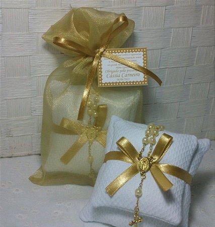 Sachê com Mini Terço Dourado e Embalagem de Organza - Bodas de Ouro - 10 unidades