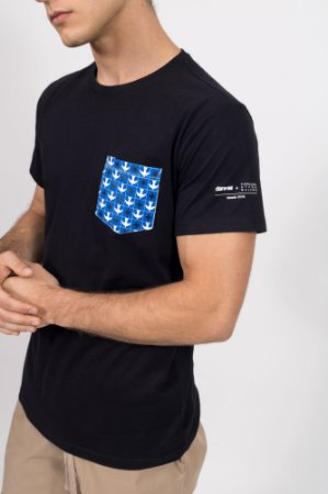 camiseta igrejinha bolso preto