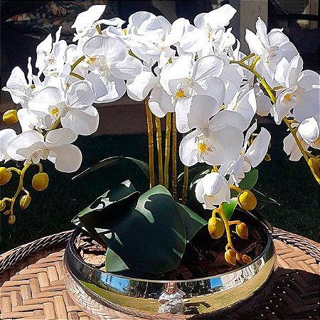 Arranjo artesanal com 5 orquídeas artificiais no vaso de vidro espelhado prata
