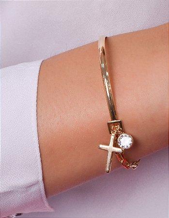 Pulseira estilo bracelete com pingente de cuz e zirconia
