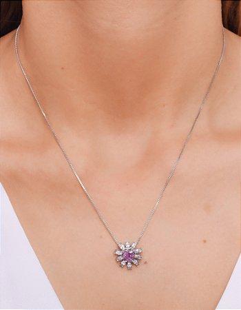 Colar com pingente de coração com zirconia em volta e pedra lilás