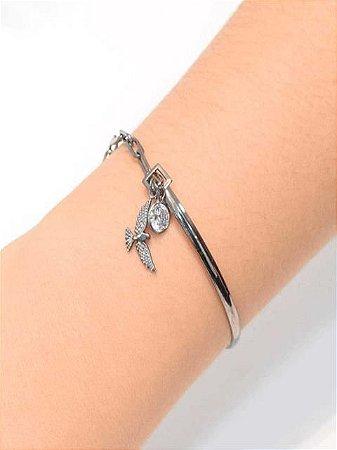 Pulseira estilo bracelete com pingente de divino e zirconia