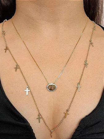 Colar longo com pingentes de cruz pendurados
