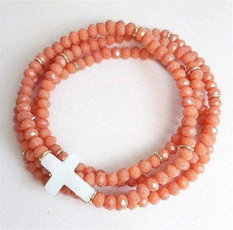 Trio de pulseiras toda no cristal coral com pingentes de cruz de madrepérola