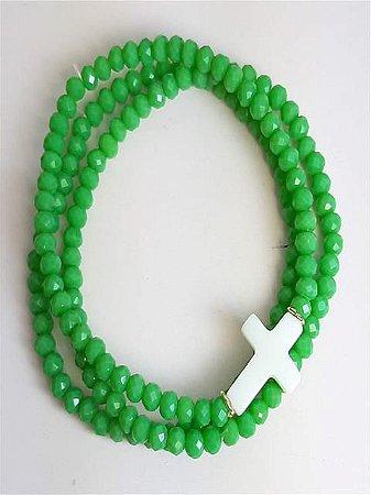 Trio de pulseiras no cristal verde bandeira com pingente de cruz