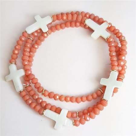 Trio de pulseiras no cristal coral com pingentes de cruz em madrepérola