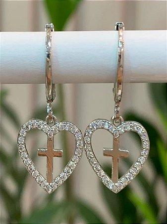 Mini argola com coração e cruz no meio