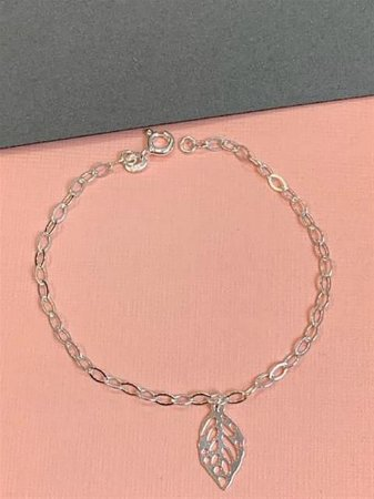 Pulseira em prata de elos com uma folha vazada pendurada