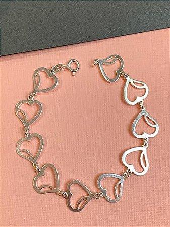 Pulseira em prata com pingente de coração vazados lado a lado