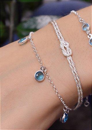 Pulseira de elo português em prata com zirconia azul claro pendurada