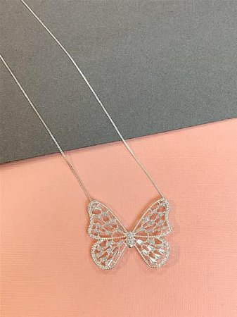 Colar em prata com pingente de borboleta com várias zirconias