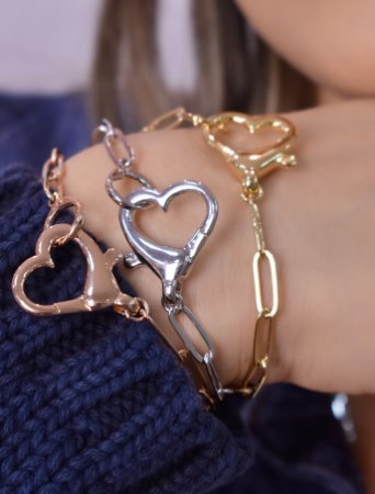 Pulseira de cadeado com elos grandes e pingente de coração estilo fecho fake