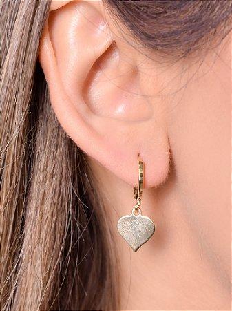 Mini argola com pingente de coração chapado. tamanho G