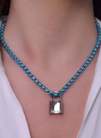 Colar azul metalizado com pingente de cadeado pendurado