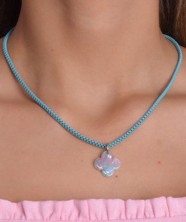 Corrente estilo veneziana na cor azul BB com pingente tie dye