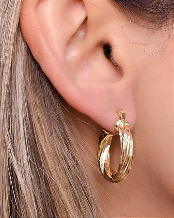 Argola torcida estilo espiral tamanho M. Réplica de ouro