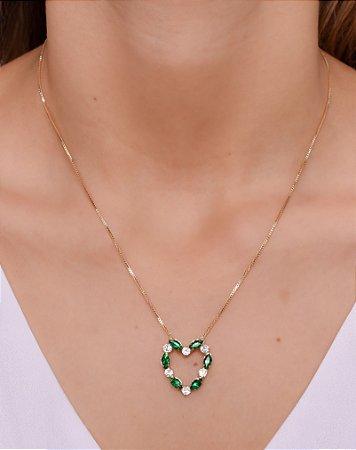 Colar com pingente de coração com zircônias verdes e cristal