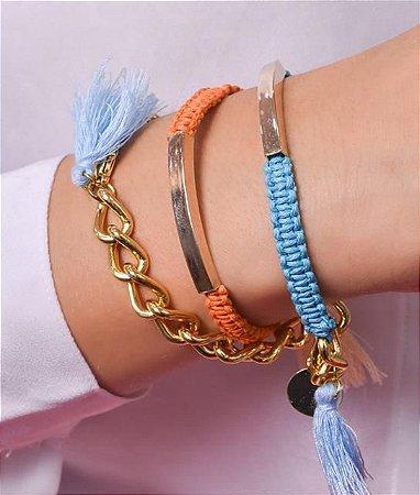 Pulseira com corrente de elos, e tecido na cor laranja e azul