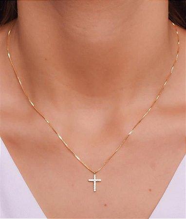 Colar com pingente de cruz pequena cravejada de micro zirconia. Réplica de ouro