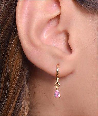 Mini argola com pingente de gota de zirconia pequena na cor rosa