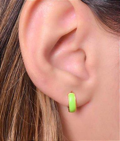 Argola articulada com resina verde tamanho P