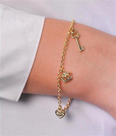 Pulseira de elo português com pingente de chave, coroa e coração