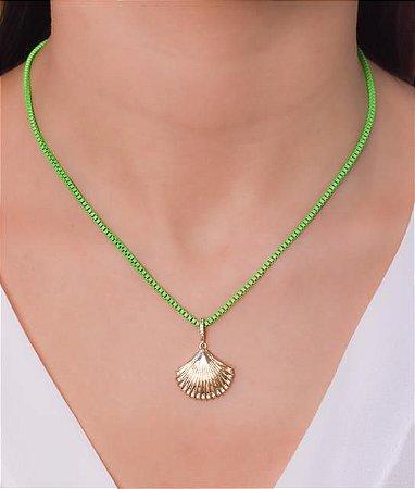Corrente estilo veneziana resinada na cor verde neon com pingente de concha pendurado