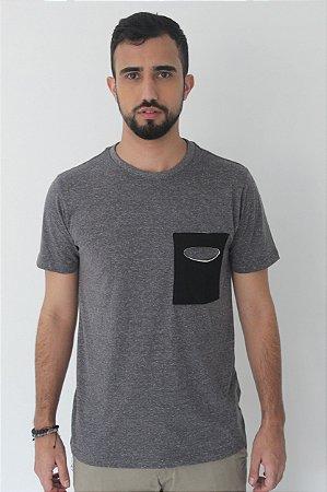 Camiseta Gola Olímpica Bolso - Malha Eco Botonê Cinza Chumbo