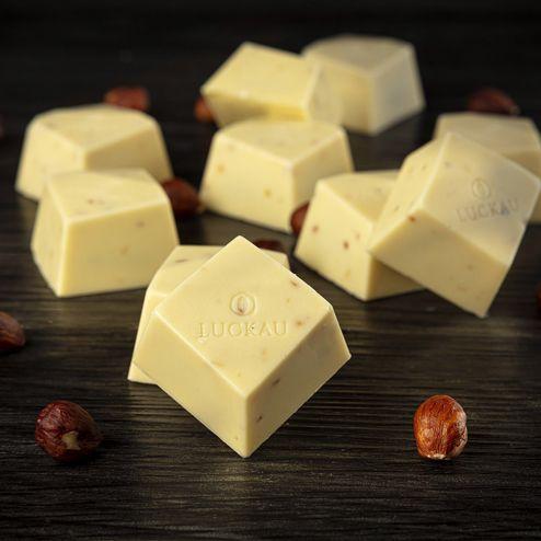 Bombom de Chocolate Belga Branco Zero Açúcar com Avelã - Luckau 20g