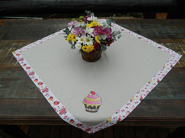 Toalha 78cmx78cm - Cor: Caqui - Bordado: cupcake morango - Ref.0049
