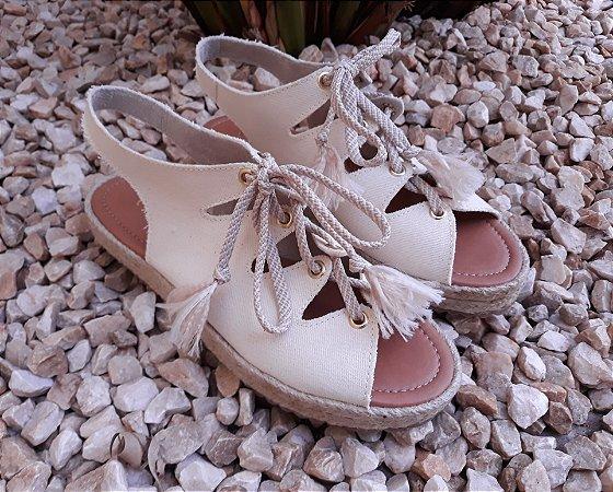 Sandália off white com cadarço e solado duplo