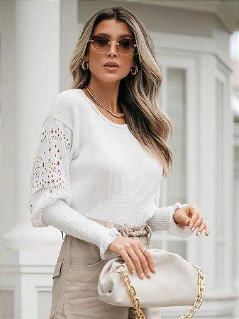 Blusa de tricot com manga rendada