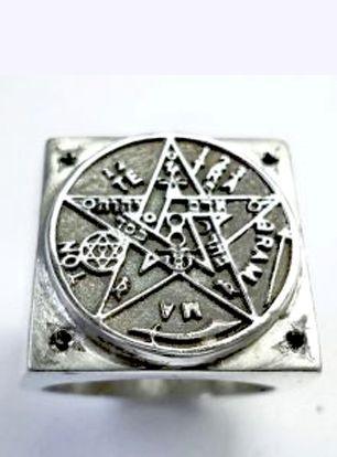 Anel modelo chevalier quadrado com pentagrama esotérico em prata