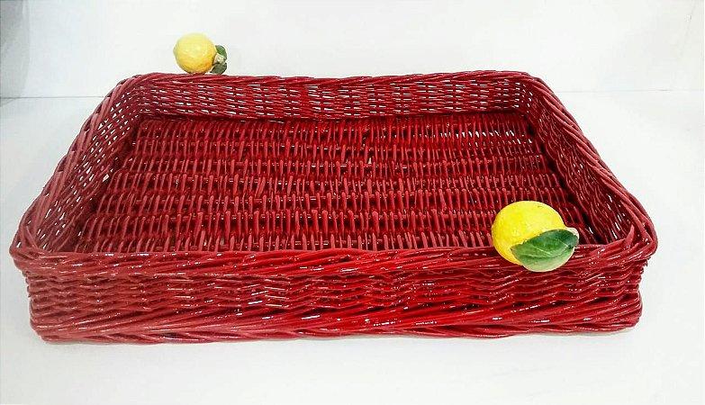 123 - Bandeja G vermelha em vime com limão siciliano H=7 cm, L= 35 cm, C= 46 cm