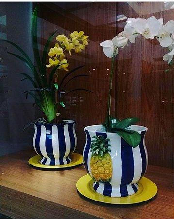 183 - Cachepot G com Arranjo de Abacaxi Listrado de Branco e Azul H=25 cm, L= 28,5 cm, C= 32 cm