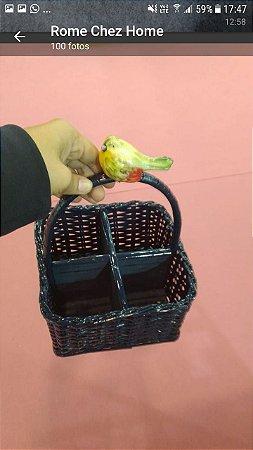 Porta talheres em vime azul marinho com pássaro verde e amarelo