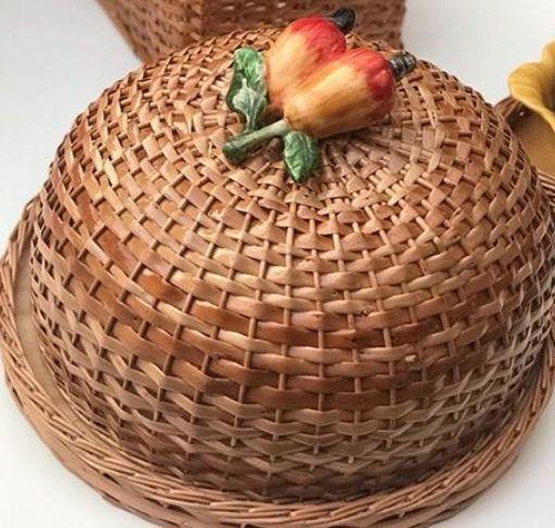 Boleira em vime cor natural e aplique caju em cerâmica