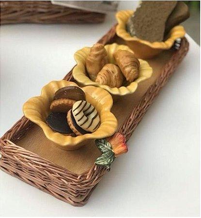 Porta baguete em vime e aplique caju em cerâmica 42x15 cm.