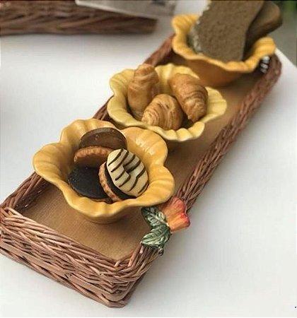 bandeja retangular em vime e aplique caju em cerâmica 42x15 cm.