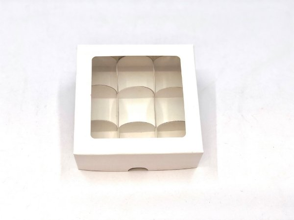 Kit de caixa com visor VC12 (12X12X4 cm) para 9 doces/brigadeiros/bombons com 180 forminhas - embalagem com 20