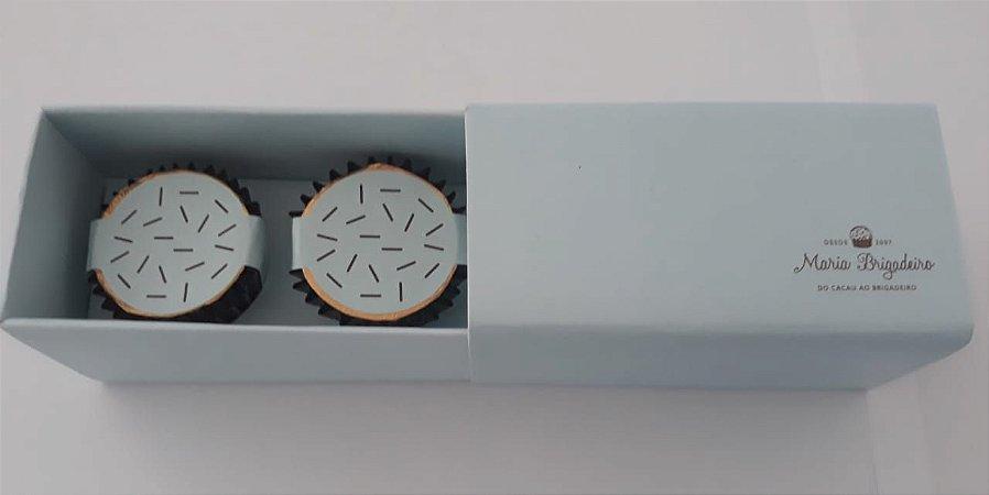 caixa com 2 bombons recheados com brigadeiro