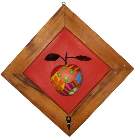 Quadro Maça Patchwork em Madeira com Gancho Fundo Vermelho