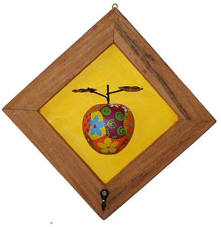 Quadro Maça Patchwork em Madeira com Gancho Fundo Amarelo